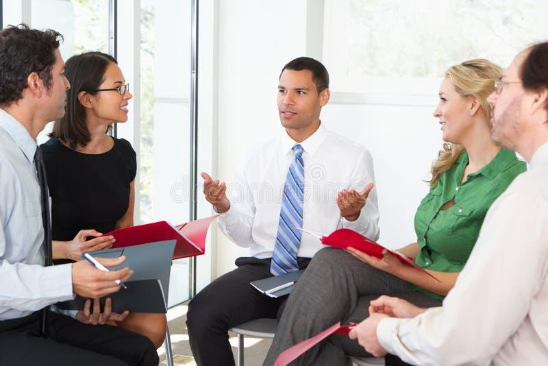 Empresários que têm a reunião informal foto de stock
