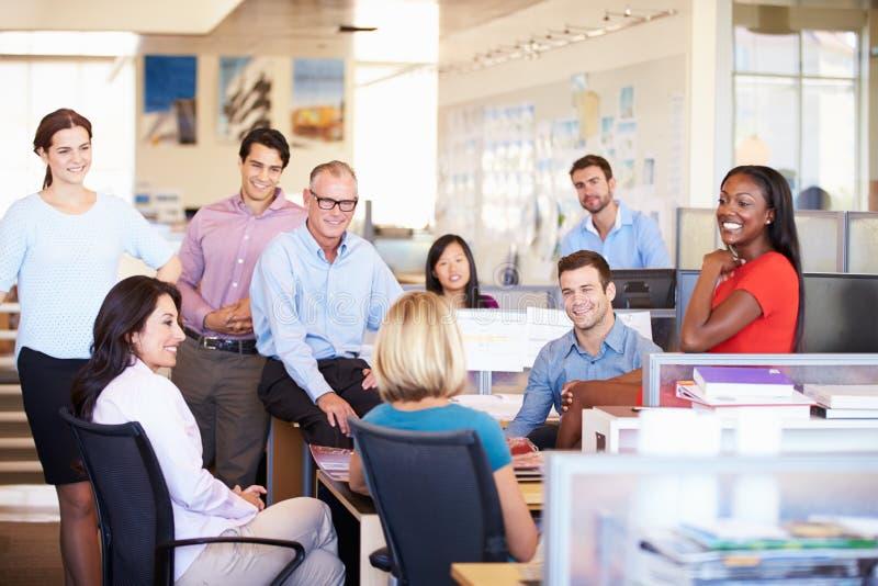 Empresários que têm a reunião no escritório de plano aberto moderno imagem de stock royalty free