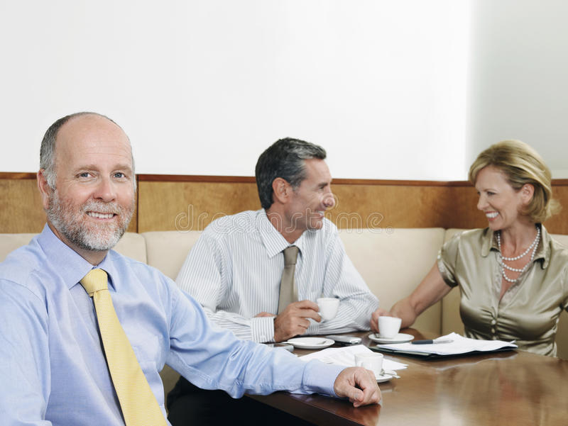 Empresários que têm a reunião no restaurante imagem de stock royalty free