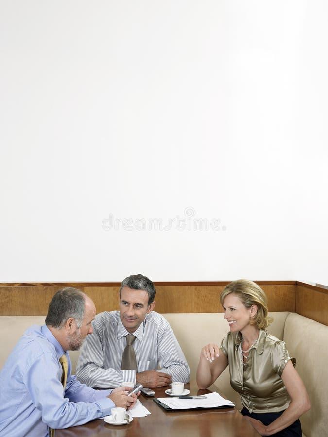 Empresários que têm a reunião no restaurante fotografia de stock royalty free