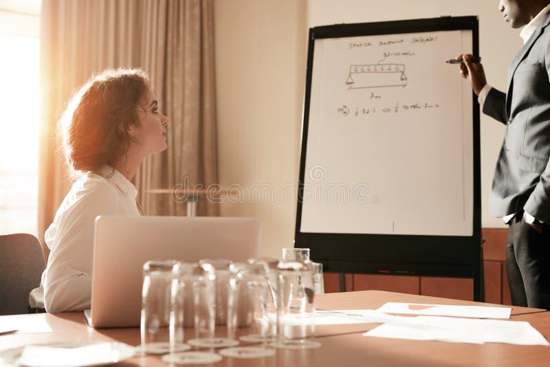 Empresários que têm uma apresentação na sala de conferências imagens de stock royalty free