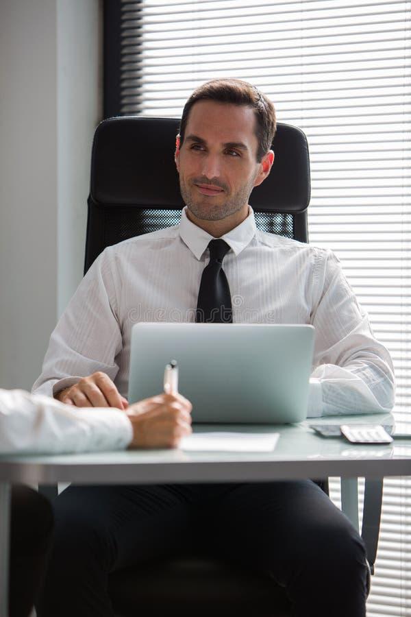 Empresários que têm uma reunião no escritório imagens de stock royalty free