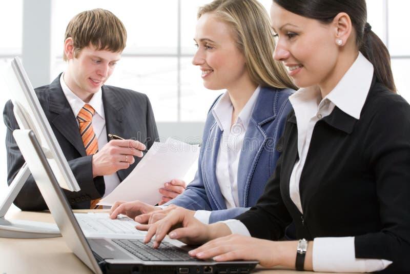 Empresários que trabalham em um escritório moderno foto de stock royalty free