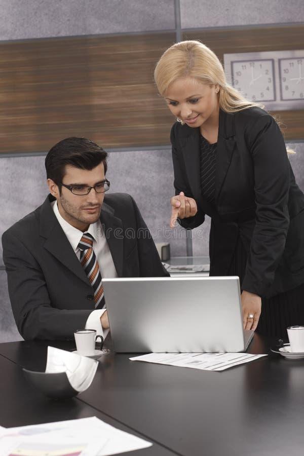Empresários que trabalham junto fotografia de stock