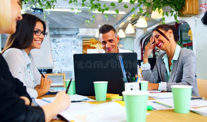 Empresários que trabalham junto em torno da tabela fotografia de stock