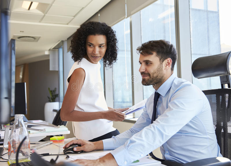 Empresários que trabalham na mesa de escritório no computador junto imagens de stock