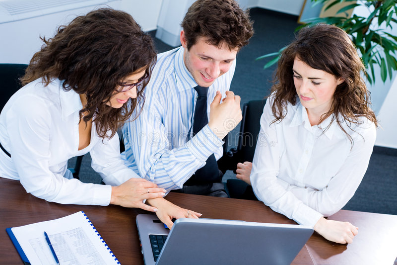Empresários que trabalham no computador imagens de stock