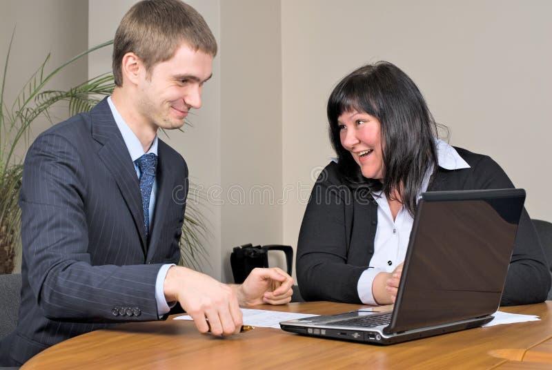Empresários que trabalham no escritório fotos de stock
