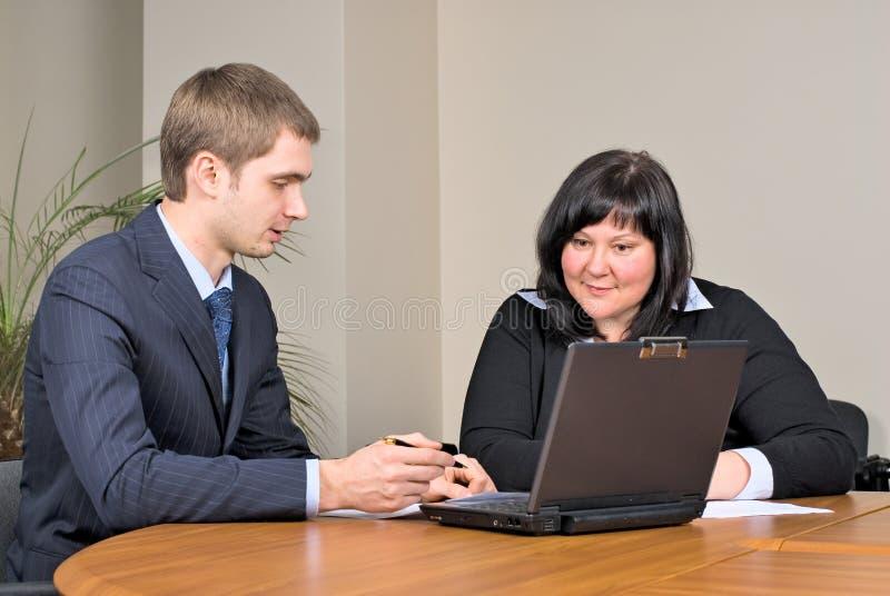 Empresários que trabalham no escritório fotografia de stock royalty free