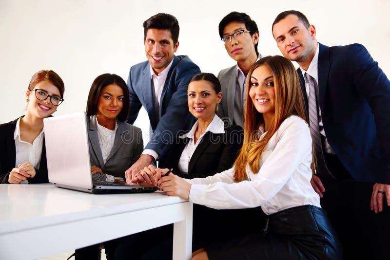 Empresários que trabalham no portátil junto fotografia de stock royalty free