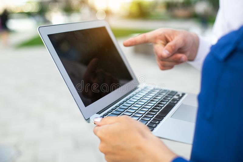Empresários que usam o computador na rua imagem de stock royalty free