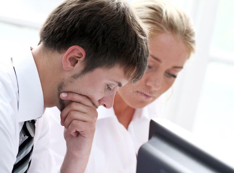 Empresários que woking no escritório fotos de stock
