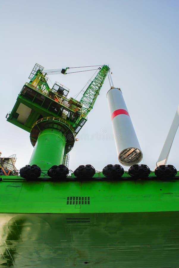 A empresa das energias eólicas está construindo uma exploração agrícola de vento em Bélgica fotografia de stock royalty free