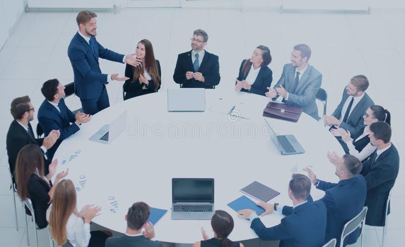A empresa de gestão faz um relatório sobre a política financeira nova foto de stock