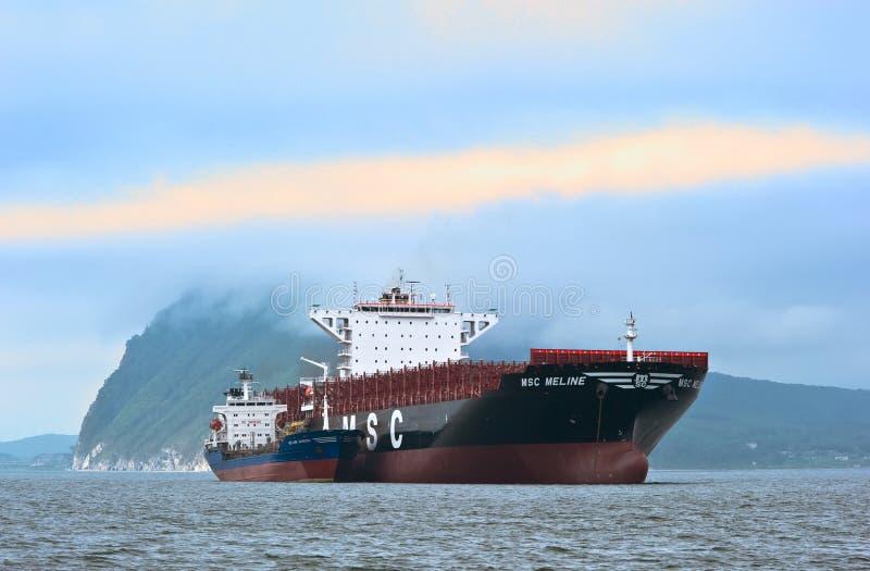 Empresa do navio de recipiente CAM de Vitaly Vanukhin do petroleiro de Bunkering Louro de Nakhodka Mar do leste (de Japão) 22 07  fotos de stock