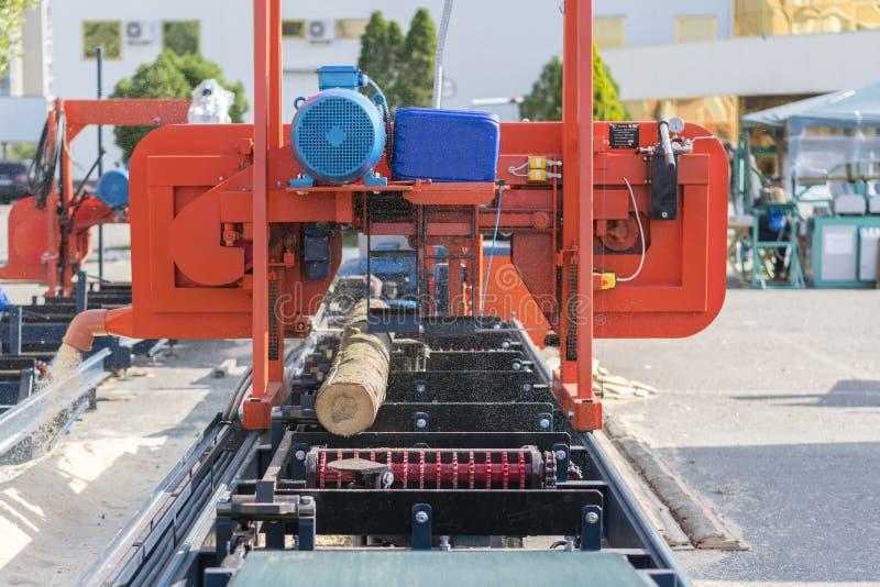 Empresa do Woodworking Máquina de estaca de madeira Fazer logon parcialmente moído uma máquina de trituração portátil da madeira  fotografia de stock royalty free