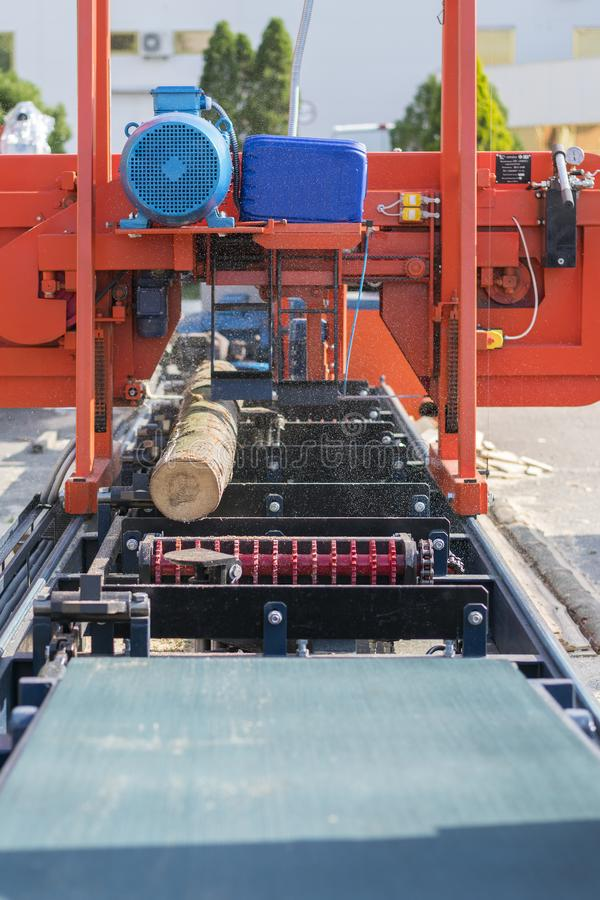 Empresa do Woodworking Máquina de estaca de madeira Fazer logon parcialmente moído uma máquina de trituração portátil da madeira  imagens de stock royalty free
