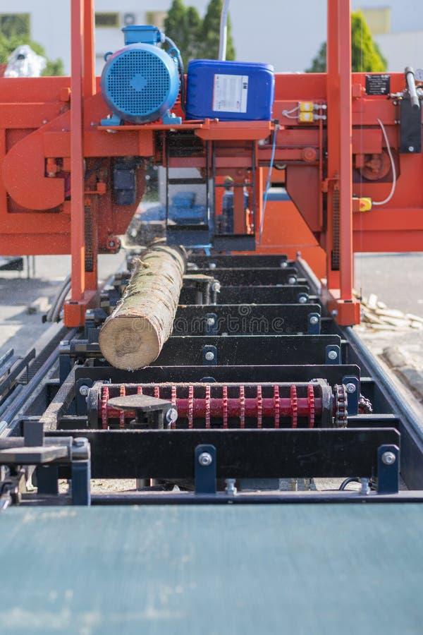 Empresa do Woodworking Máquina de estaca de madeira Fazer logon parcialmente moído uma máquina de trituração portátil da madeira  fotografia de stock
