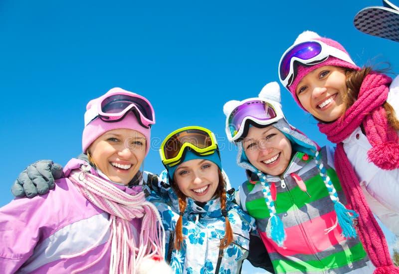 Empresa dos amigos no feriado do esqui fotografia de stock