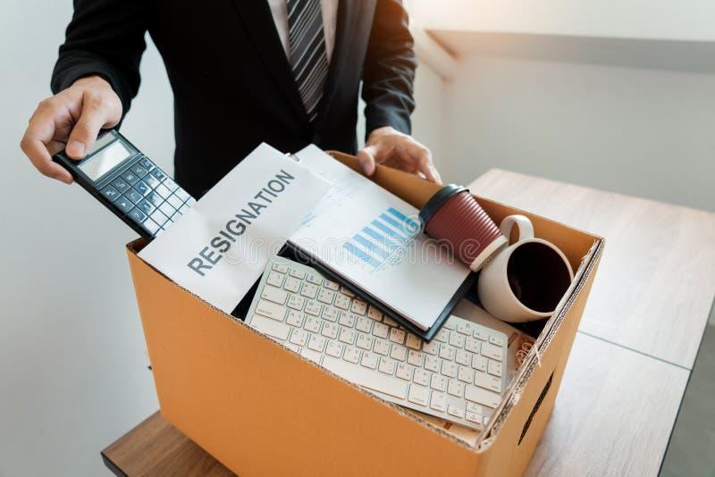 Empresa pessoal de embalagem levando do empresário na caixa de cartão marrom e cartas de demissão para parado ou mudança de sair  fotos de stock royalty free