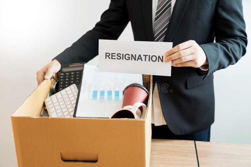Empresa pessoal de embalagem levando do empresário na caixa de cartão marrom e cartas de demissão para parado ou mudança de sair  imagem de stock royalty free