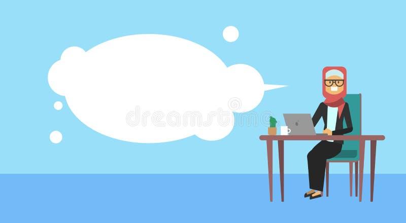 Empresaria árabe que se sienta en el ordenador portátil del control del escritorio de oficina, burbujas, concepto de proceso de t ilustración del vector