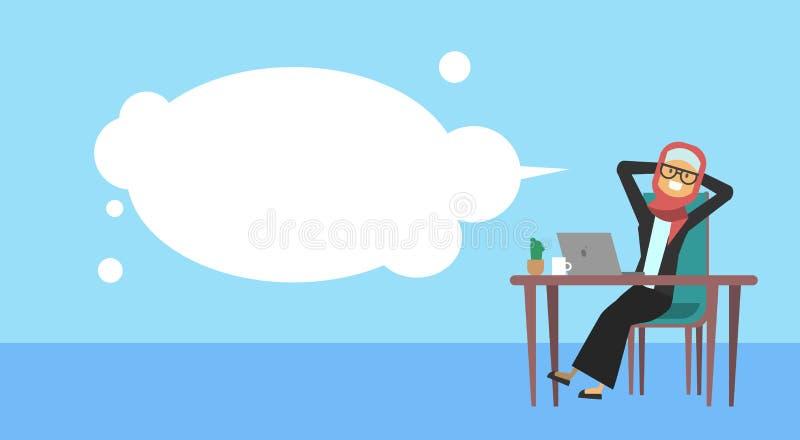 Empresaria árabe que sienta en el control del escritorio de oficina la cabeza, burbujas, concepto de la rotura del cofee de la mu libre illustration