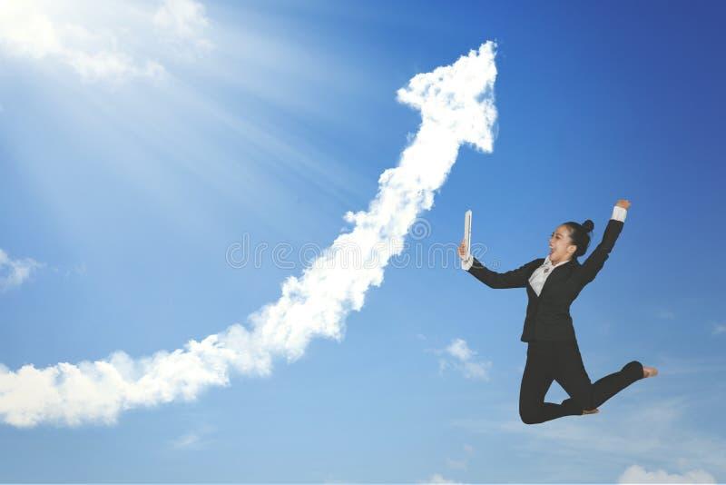 Empresaria acertada con la tableta y la nube imagenes de archivo