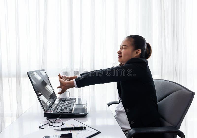Empresaria acertada que se relaja en su silla en la oficina imágenes de archivo libres de regalías