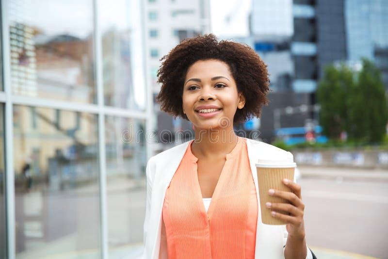 Empresaria africana feliz con café en ciudad imagen de archivo libre de regalías