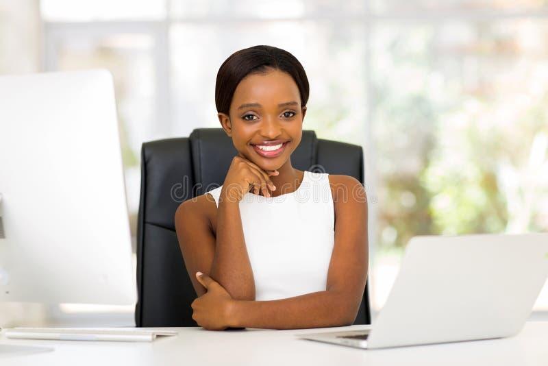 Empresaria africana joven fotos de archivo libres de regalías
