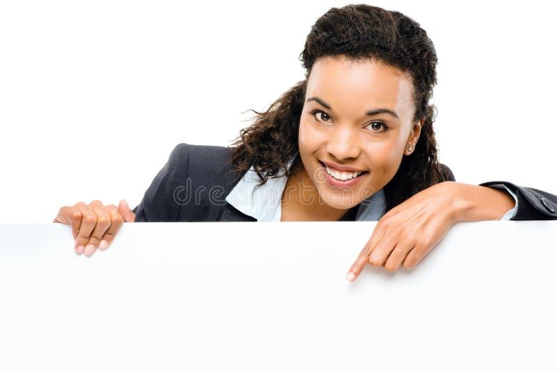 Empresaria afroamericana bonita que sostiene la cartelera aislada fotos de archivo libres de regalías