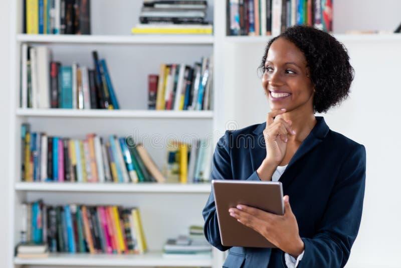 Empresaria afroamericana con la tableta digital fotos de archivo