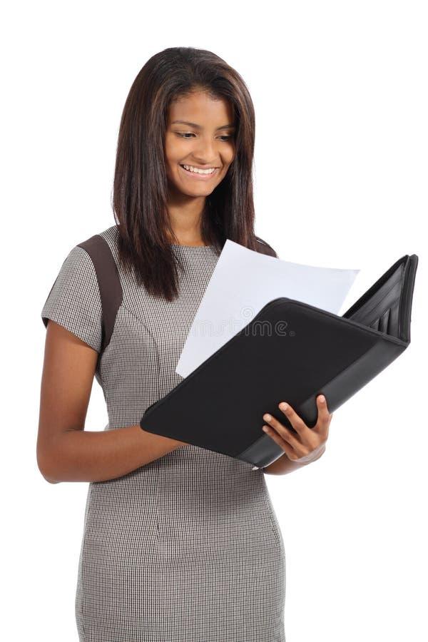 Empresaria afroamericana hermosa que lee un informe imagen de archivo
