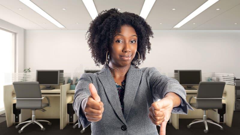 Empresaria afroamericana indecisa In una oficina imagen de archivo libre de regalías