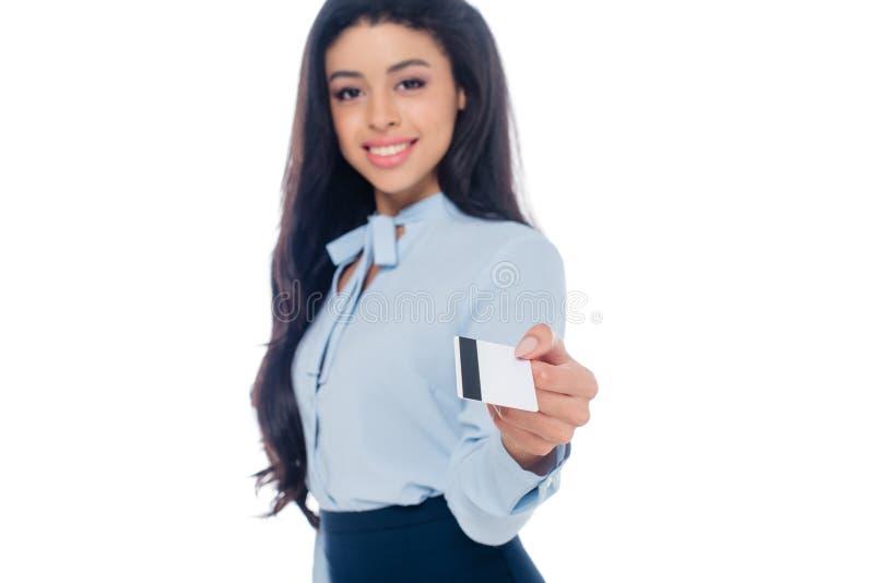 empresaria afroamericana joven atractiva que sostiene la tarjeta de crédito y que sonríe en la cámara aislada imágenes de archivo libres de regalías