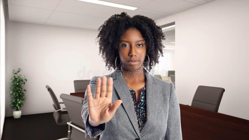 Empresaria afroamericana In una oficina con gesto de la parada fotografía de archivo libre de regalías