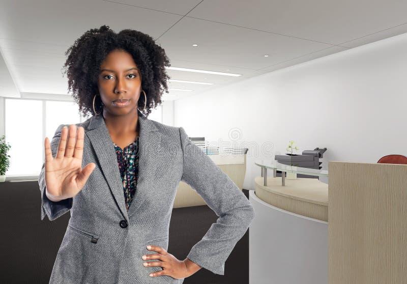Empresaria afroamericana In una oficina con gesto de la parada fotos de archivo libres de regalías
