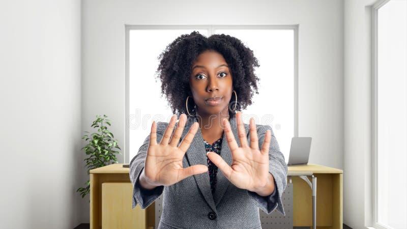 Empresaria afroamericana In una oficina con gesto de la parada foto de archivo libre de regalías
