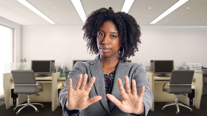 Empresaria afroamericana In una oficina con gesto de la parada imagen de archivo
