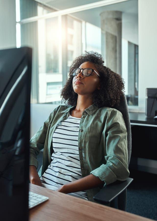 Empresaria agotada que se relaja en la oficina imagen de archivo