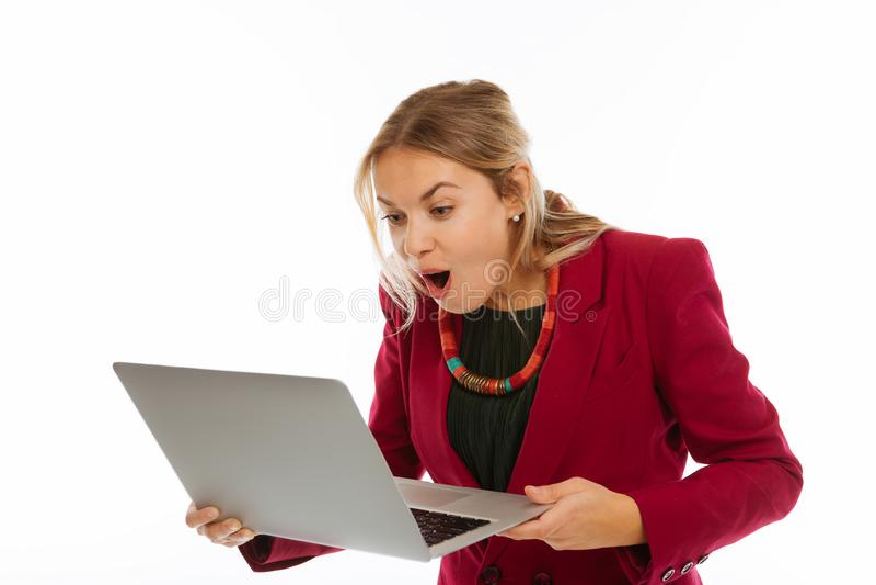 Empresaria agradable alegre que mira la pantalla del ordenador portátil imagenes de archivo