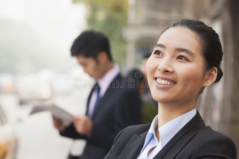 Empresaria alegre joven en Pekín, China, retrato foto de archivo libre de regalías