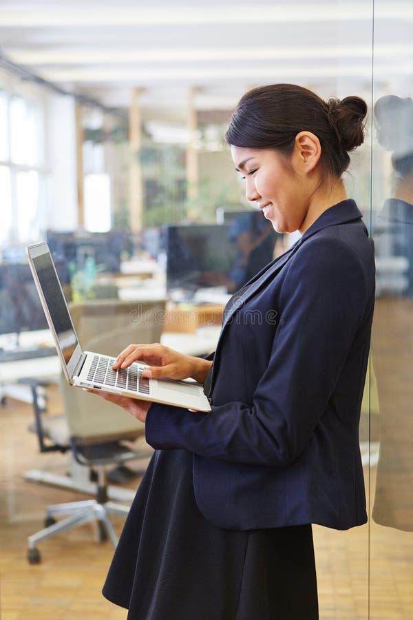 Empresaria asiática con la computadora portátil fotos de archivo libres de regalías
