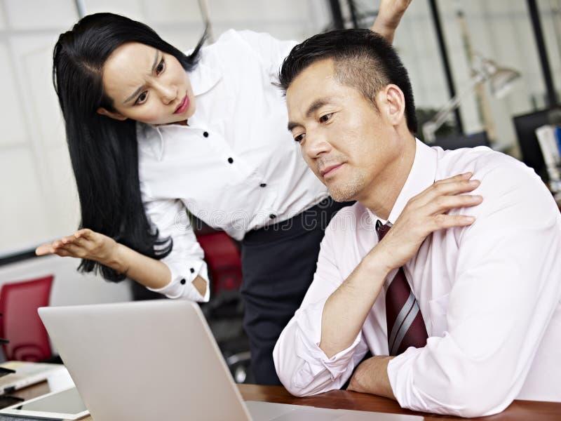 Empresaria asiática desconcertada imagen de archivo libre de regalías