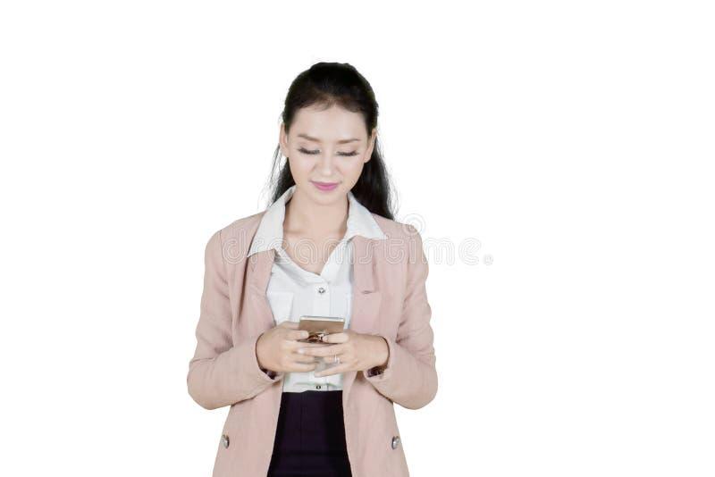 Empresaria asiática hermosa que envía el mensaje de texto imagenes de archivo