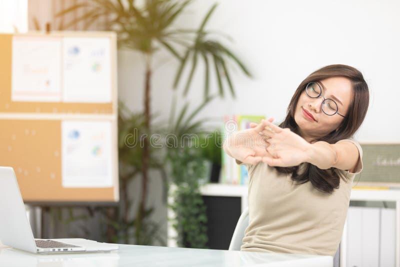 Empresaria asiática joven que toca dando masajes al cuello tieso al relie imágenes de archivo libres de regalías
