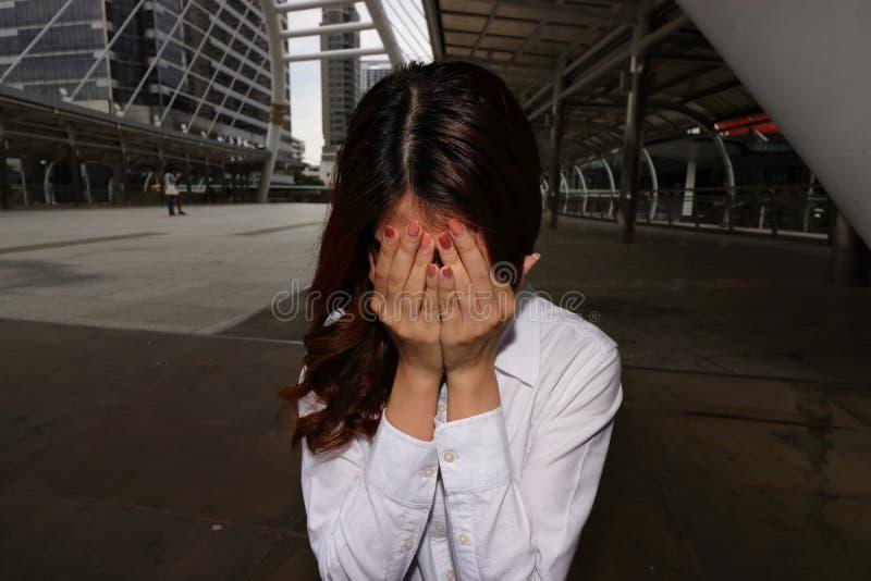 Empresaria asiática joven subrayada con las manos en cara en el momento de la crisis Concepto preocupante del negocio imagen de archivo libre de regalías