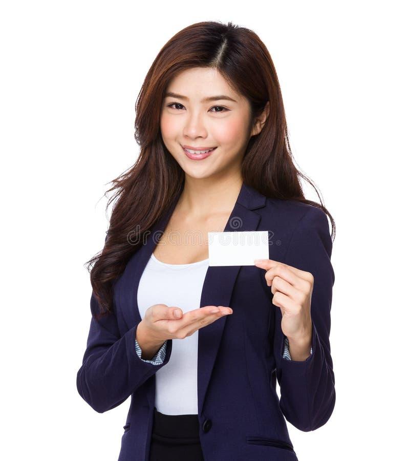 Empresaria asiática que muestra la tarjeta de presentación foto de archivo libre de regalías