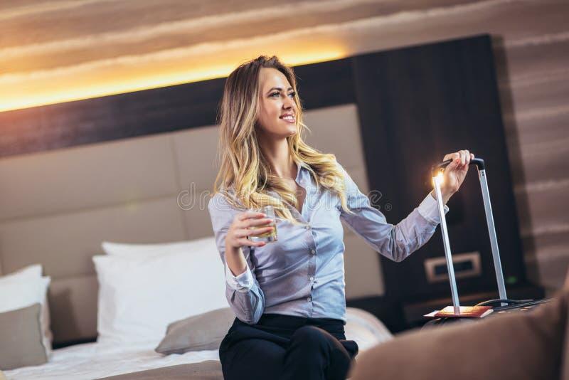 Empresaria atractiva en la habitaci?n fotos de archivo libres de regalías